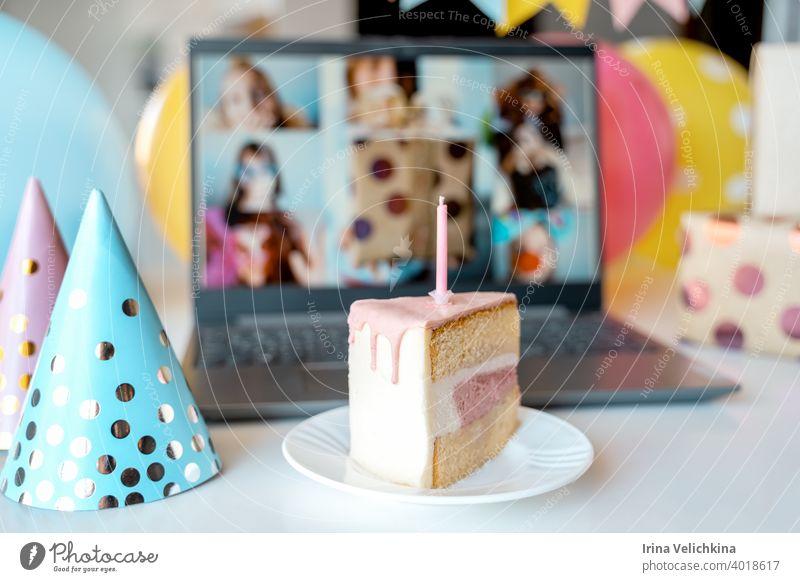 Kinder virtuelle Geburtstag, zu Hause party.Piece of cake with candle.Online-Konferenz, Video-Anruf in Laptop, Computer.Freunde auf dem Bildschirm, Grüße.Dekoration, Geschenke, Luftballons, Fahnen, Mützen.Kinder feiern Urlaub