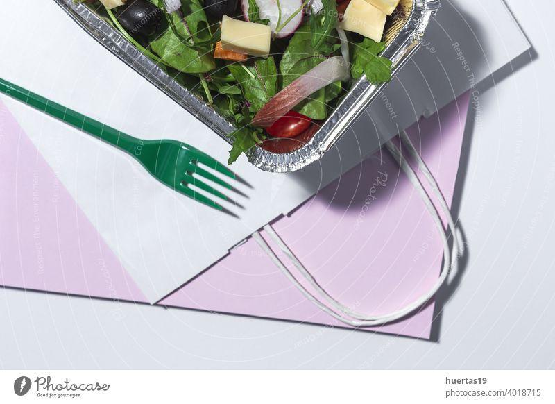 Gesunder veganer Salat zum Mitnehmen im Alubehälter Salatbeilage Lebensmittel gesunde Ernährung frisch Kasten wegnehmen Spinat Rucola Möhre Kirschtomaten