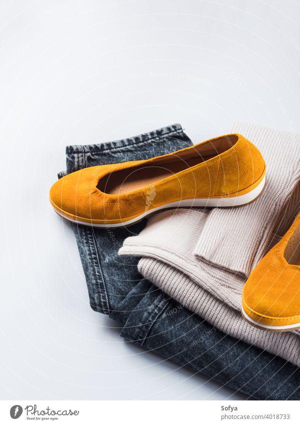 Mode-Outfit Jeans, gelbe Schuhe, grauer Pullover Winter Herbst Kleidung Frau lässig Jeanshose Bekleidung Personal Farbe gemütlich gefaltet Zubehör Stil warm