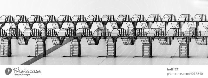 Wendeltreppe liegend Treppe Treppengeländer Fluchtweg Notausgang Symmetrie Kurve DNA schwingen Linie elegant Genauigkeit Design rund Muster Fassade modern
