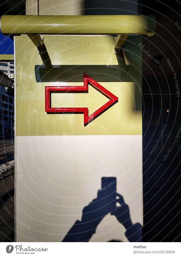richtungsweisend Strasse Pfeil Schatten Rot Mobil Wand Farbfoto Schilder & Markierungen Außenaufnahme Rechts Richtung Hinweisschild Zeichen Orientierung