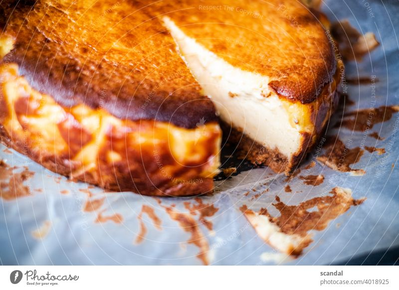 cheesecake cut - angeschnittener Kuchen backen baked süß Süßwaren Süßigkeiten Süße Lebensmittel sweet sweets baking Backpapier Form Backform Dessert lecker