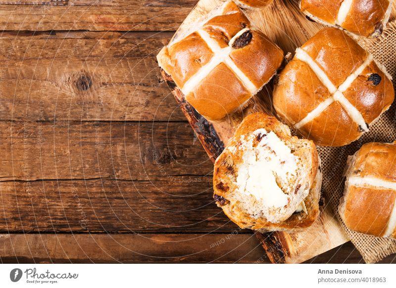 Osterfrühstück mit warmen Brötchen heiß durchkreuzen Ostern Brot Butter Lebensmittel traditionell süß frisch weiß Feiertag hölzern Kuchen gebacken Leckerbissen