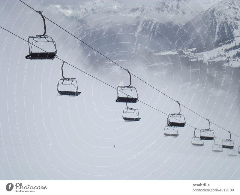 konform | mit den Coronaregeln – einsamer, stehender Sessellift im Skigebiet | corona thoughts Skifahren Stillstand leer verlassen Nebel ausgeschaltet