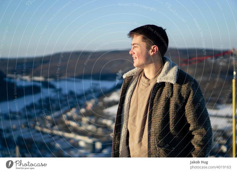 Weitblick ins Tal Winter Frühling kalte hände kalte Temperatur Mensch Porträt Abendsonne Waldspaziergang Wanderung wandern Spaziergang Deutschland oberkochen