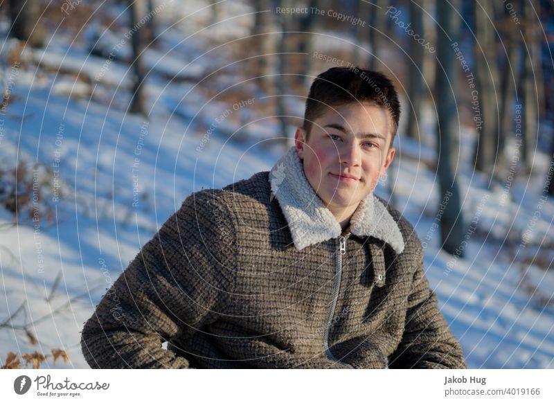 Waldspaziergang im Schnee Winter Frühling kalte hände kalte Temperatur Mensch Porträt Abendsonne Wanderung wandern Spaziergang Deutschland oberkochen sommerlich