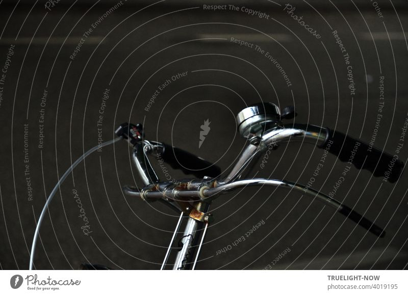 Oldtimer Fahrrad Detail. Im schummrigen Licht der Unterführung fand der Fotografierer wieder ein Objekt seiner Begierde. Lenker, Klingel und Gangschaltung okay, aber zwei museumsreife Handbremshebel...!