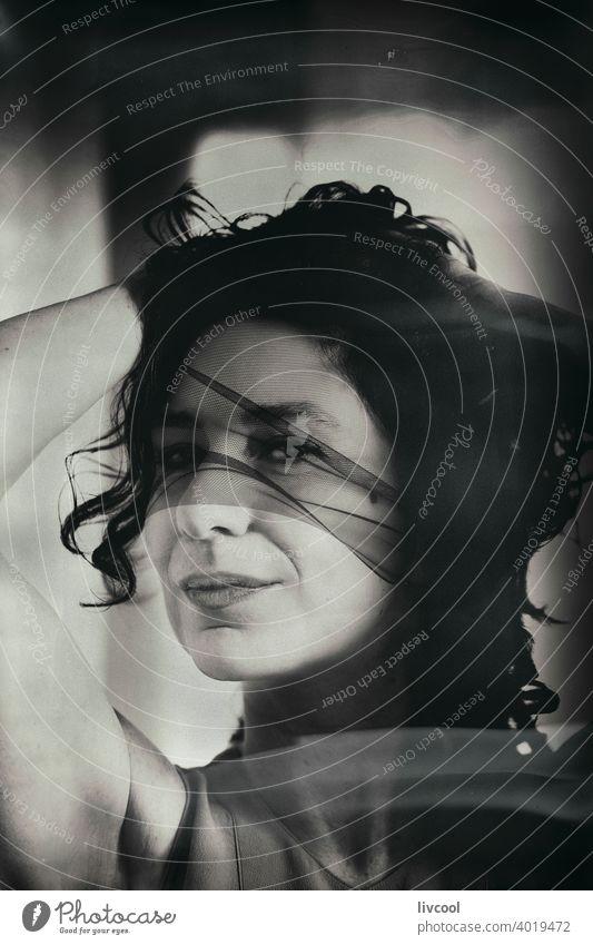 geheimnisvolle Frau unter einem schwarzen Tüll brünett weiblicher Blick rätselhaft Schönheit reif Porträt echte Menschen Lifestyle attraktiv Licht Reife Stein