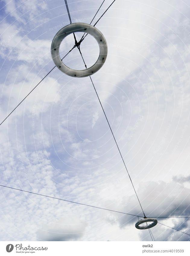 Rettungsringe Lampen oben Straßenbeleuchtung Ringe rund Glas Leuchtstoffröhre hängend Himmel Wolken Drähte Kabel gespannt Sicherheit kreuz und quer Ordnung fest