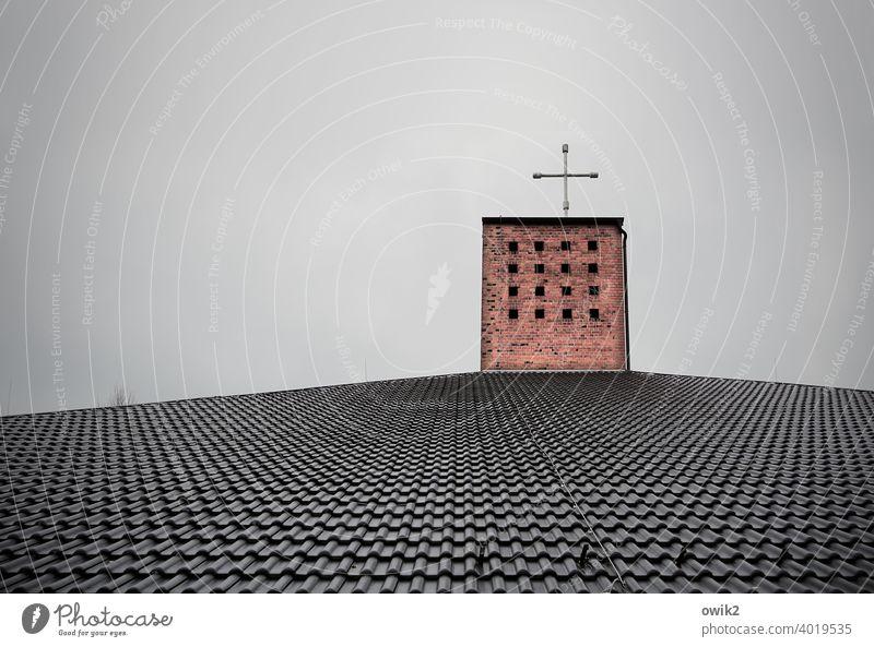 Kirche oder Autowerkstatt? Kreuz Schornstein Dach Dachziegel modern einfach Himmel bewölkt Esse spartanisch oben Stein Backstein Metall Haus Außenaufnahme