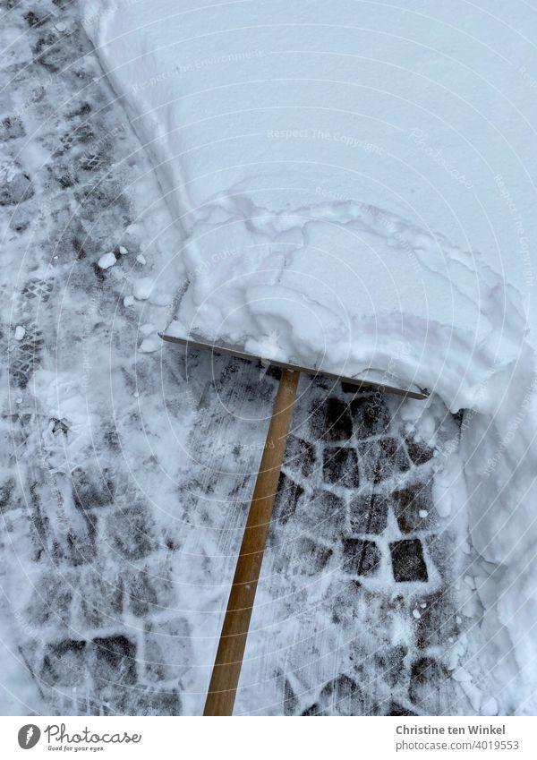 Schneeschieber, viel Schnee und Kopfsteinpflaster Winter schnee räumen Vogelperspektive kalt Winterdienst Schneedecke Wege & Pfade Wetter Wintereinbruch weiß