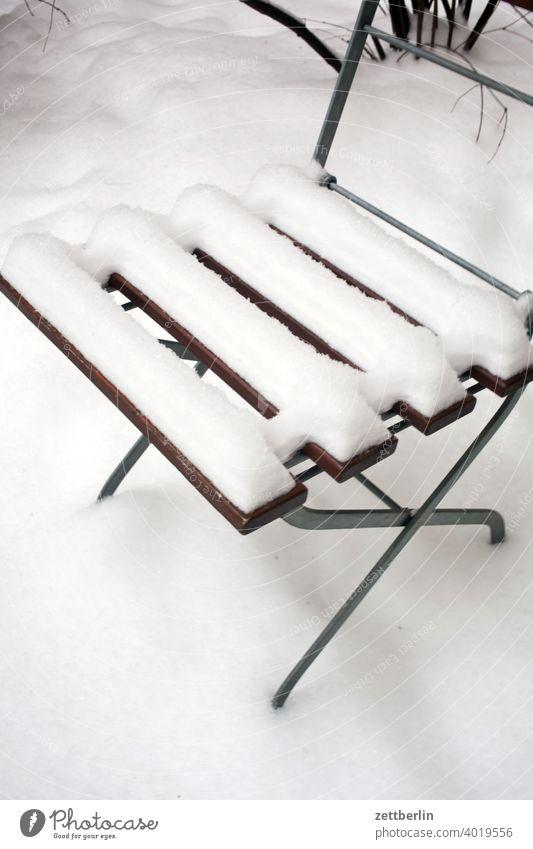 Gartenstuhl im Neuschnee berlin eis februar ferien frost jenuar kalt kälte neuschnee stadt urban winter winterferien januar gartenstuhl klappstuhl schneedecke
