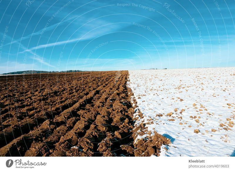 Blau - Braun - Weiß - die Farben des Winters! Brachliegendes Feld - umgeackertes Feld - tiefblauer Winterhimmel mit zarten Wolkenstreifen braunes Feld