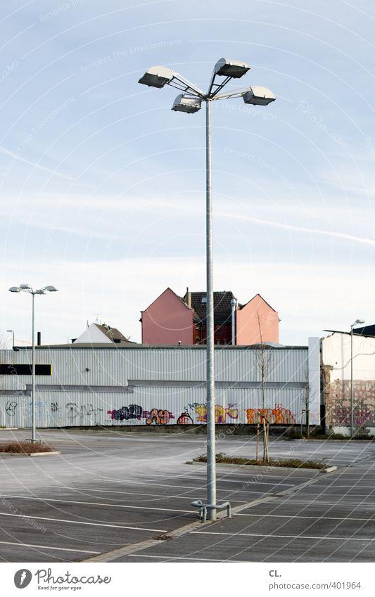 stadtentwicklung Stadt Menschenleer Haus Platz Gebäude Architektur Mauer Wand Fassade Verkehr warten trist Langeweile stagnierend Lampe Straßenbeleuchtung