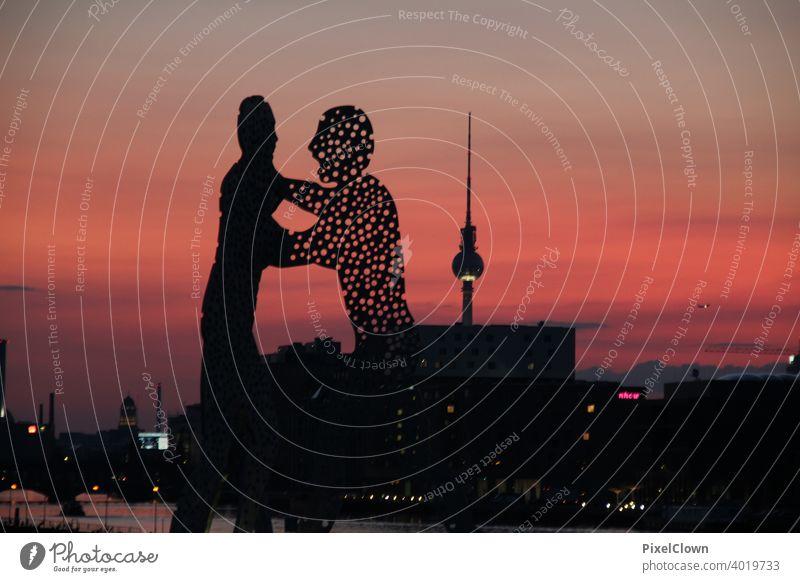 Skulptur Molecule man in Berlin Tourismus Hauptstadt Berlin-Mitte Wahrzeichen Deutschland Treptow, Außenaufnahme Skulptur, Nacht, Molecule man, Denkmal