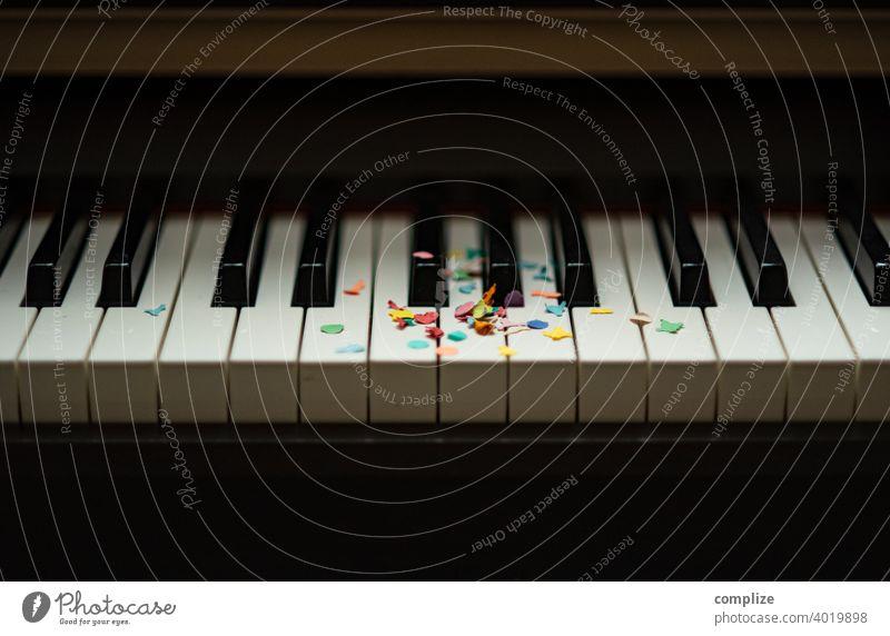 Party Klavier - Konfetti auf einer Tastatur bunt lustig fun Spaß haben Liebe Partyservice Geburtstag Fasching Karneval Feier konfettiregen Musik Klavierspielen