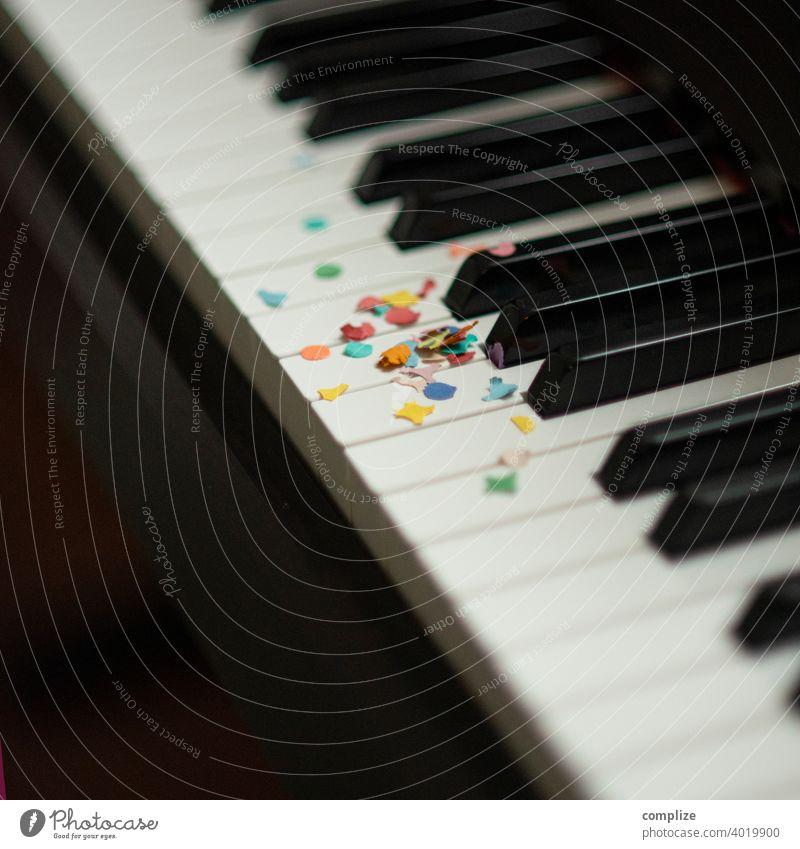 Party Klavier - Konfetti auf Tasten bunt lustig fun Spaß haben Liebe Partyservice Geburtstag Fasching Karneval Feier konfettiregen Musik Klavierspielen Musiker
