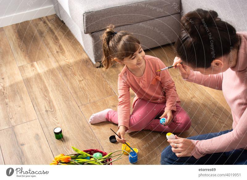Eine Mutter und ihre Tochter malen Ostereier Baby Korb blond Hase Feier Kindheit Farben Kreativität Dekoration & Verzierung Ostern Familie lustig Mädchen