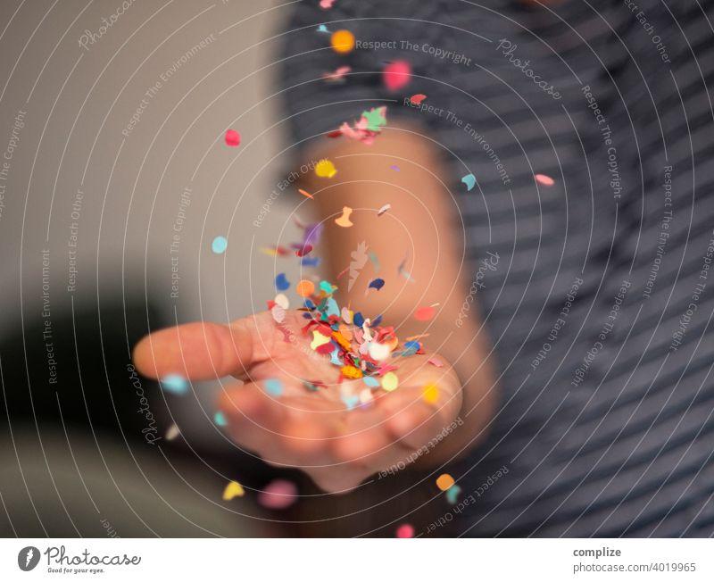 Konfetti-Partyservice konfettiregen Feier Herz Fasching Karneval Hand werfen Geburtstag Wurf Werfend Erfolg Liebe Spaß haben fun lustig bunt Mann Feiern