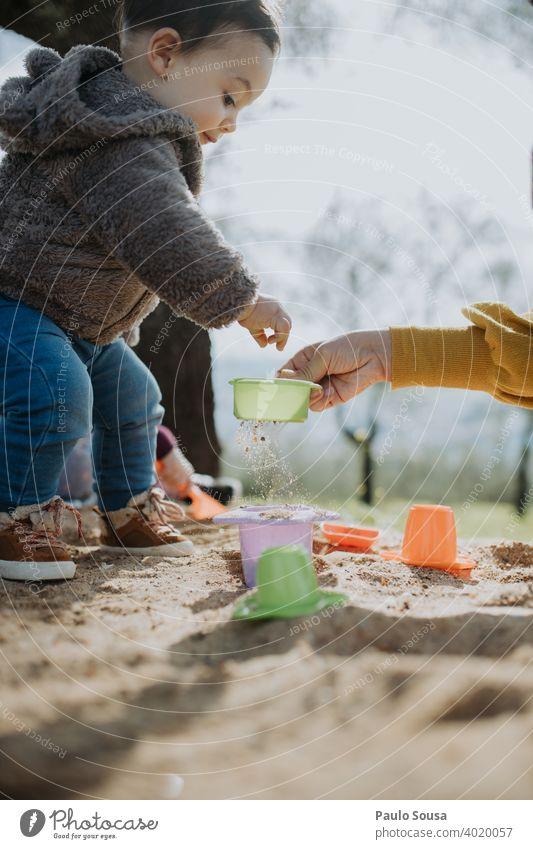 Kind spielt im Freien mit Sand Spielen Frühling Freude Junge Kindheit Spielplatz Sandkasten Strand Kleinkind Mädchen Kindergarten Außenaufnahme Freizeit & Hobby