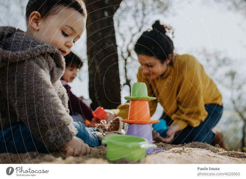 Kind spielt im Freien mit Sand Familie & Verwandtschaft Mutter mit Kind Mutterschaft Kindererziehung Spielen Kleinkind 1-3 Jahre Kindheit Zusammensein Freude