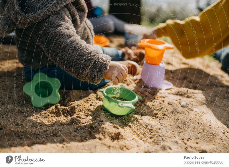Kind spielt im Freien mit Sand Kindheit Spielen Spielzeug Kindheitserinnerung Sandkasten Kindergarten Freude Kleinkind Farbfoto Kinderspiel Freizeit & Hobby