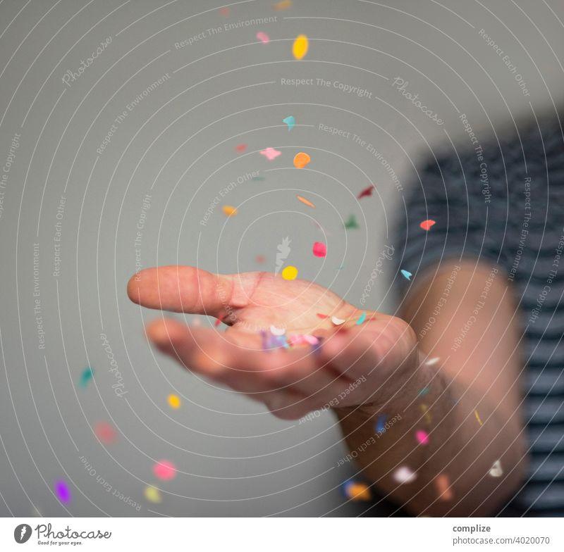 Konfetti-Party konfettiregen Feier Herz Fasching Karneval Hand werfen Geburtstag Partyservice Wurf Werfend Erfolg Liebe Spaß haben fun lustig bunt Mann Feiern