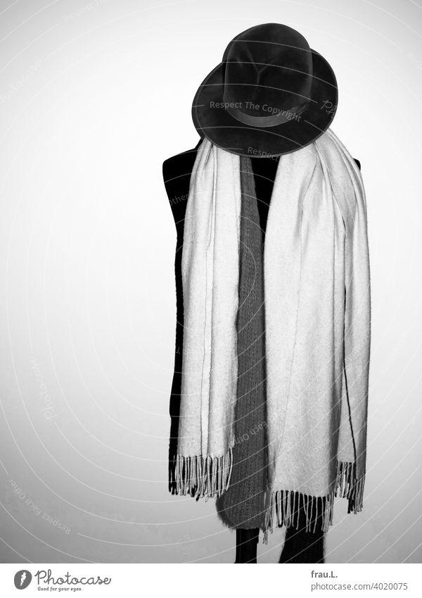 Ein Hut, zwei Schals und eine Schneiderpuppe Mode Textilien Schneidern Büste Herrenbüste Herrenhut alt Erinnerungen Erbe