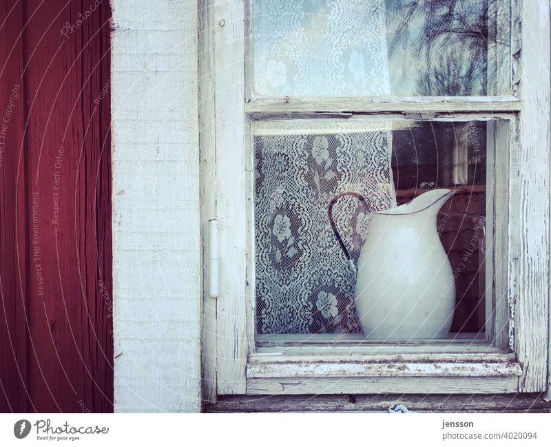 Milchkanne hinter einem Sprossenfenster skandinavisch Schweden Schwedisch Fenster Holz Gardine weiß rot alt verwittert verwittertes Holz Glas Holzhaus