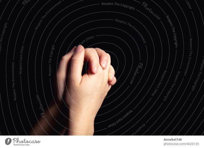 Betende Hände mit Glauben in der Religion und Glaube an Gott auf Segen Hintergrund. Macht der Hoffnung oder Liebe und Hingabe in der Dunkelheit mit Kopie Raum
