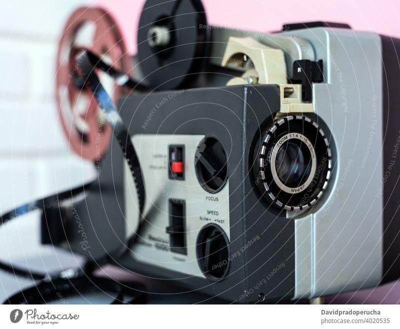 Kassettenrekorder in der Nähe der weißen Wand Klebeband Schreiber analog retro Tisch Audio Backsteinwand heimwärts Musik Raum stereo Gerät Klang Lautstärke