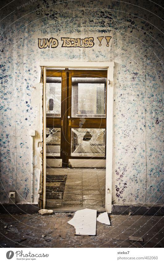 last exit Graffiti Wand Mauer Gebäude dreckig Tür trist kaputt Schulgebäude Verfall trashig chaotisch Ruine Zerstörung Ausgang
