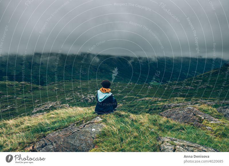 Junge Frau im Snowdonia National Park in Nordwales, Großbritannien snowdonia Snowdonia-Nationalpark Bahn Bergwerksbahn Felsen Mount Snowdon Wales Natur