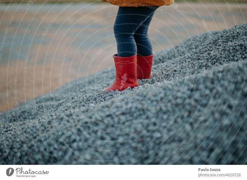 Kind mit roten Gummistiefeln Kindheit Schuhe Bekleidung Farbfoto Außenaufnahme Wetter Stiefel Regen grün Tag mehrfarbig Mensch schlechtes Wetter nass Herbst Fuß