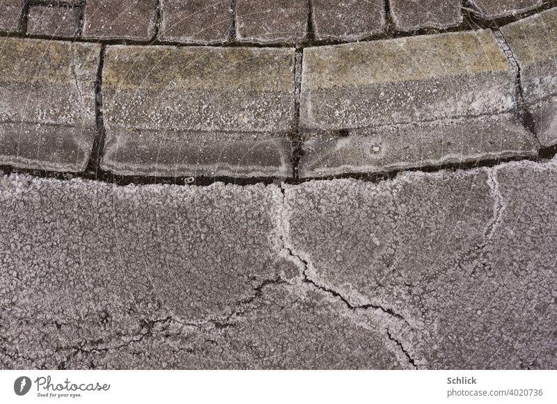 Streusalzreste nach dem Winter auf Bordstein und Asphalt Reste Nahaufnahme Hintergrund Außenaufnahme Menschenleer Farbfoto Straße Tag grau Verkehrswege