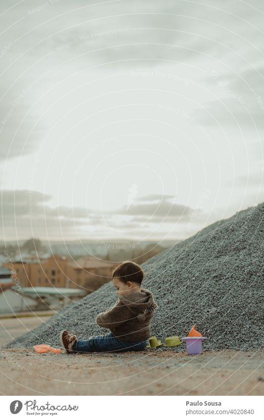 Kleinkind spielt im Freien Kind Kindheit Kaukasier Leben Fröhlichkeit Glück Mensch Farbfoto Freude 1-3 Jahre Lifestyle Tag Natur Kindheitserinnerung