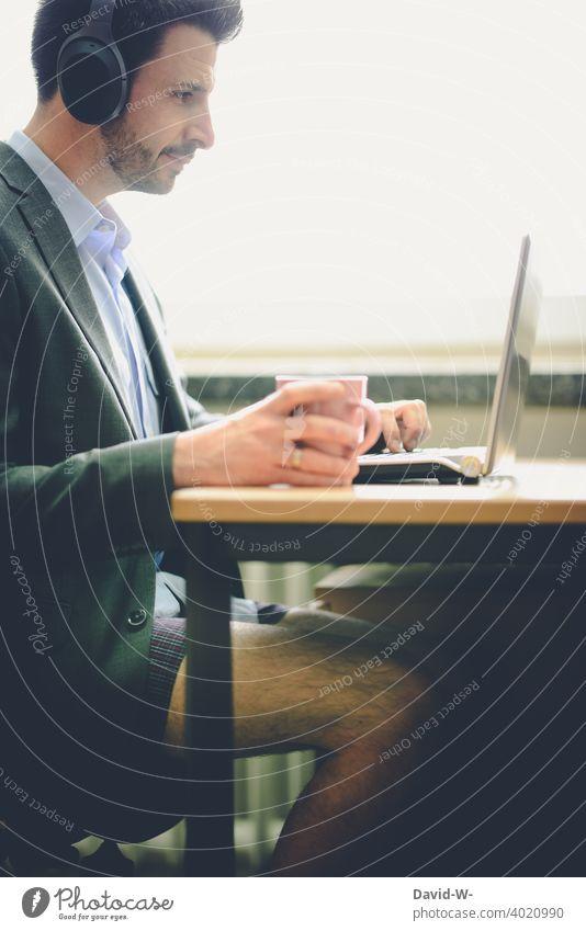 Homeoffice in Zeiten von Corona Mann Laptop shorts Anzug lässig Alltag Quarantäne Business Meeting Schreibtisch zu Hause online Computer Unterhose arbeiten