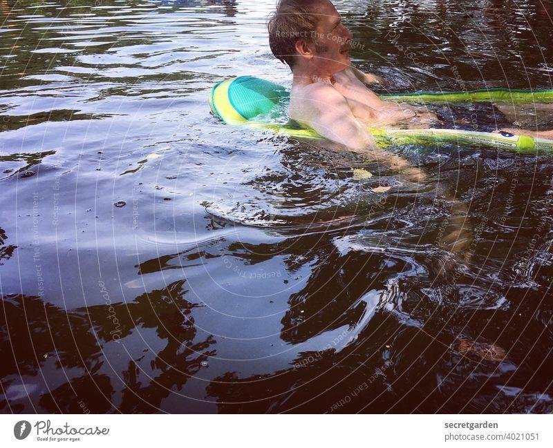 Linke Seite vom Wasser. Mann Teich baden Sommer Gummiboot Schwimmen & Baden See Abkühlung nass Natur Mensch Außenaufnahme Farbfoto Tag Erfrischung