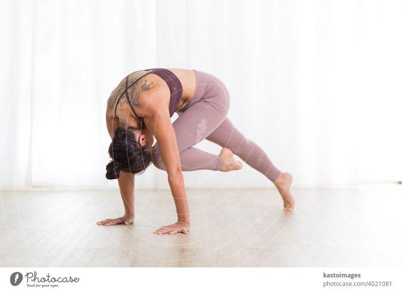Porträt der wunderschönen aktiven sportlichen jungen Frau übt Yoga im Studio. Schönes Mädchen Praxis Sasangasana, Kaninchen Yoga-Pose. Gesunde aktiven Lebensstil, arbeiten in Innenräumen in der Turnhalle