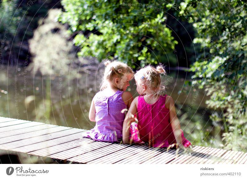 zweisam einsam ii Mensch Kind Mädchen Geschwister Schwester Kindheit 2 3-8 Jahre Umwelt Landschaft Sommer Schönes Wetter Park Wald See Erholung Lächeln sitzen