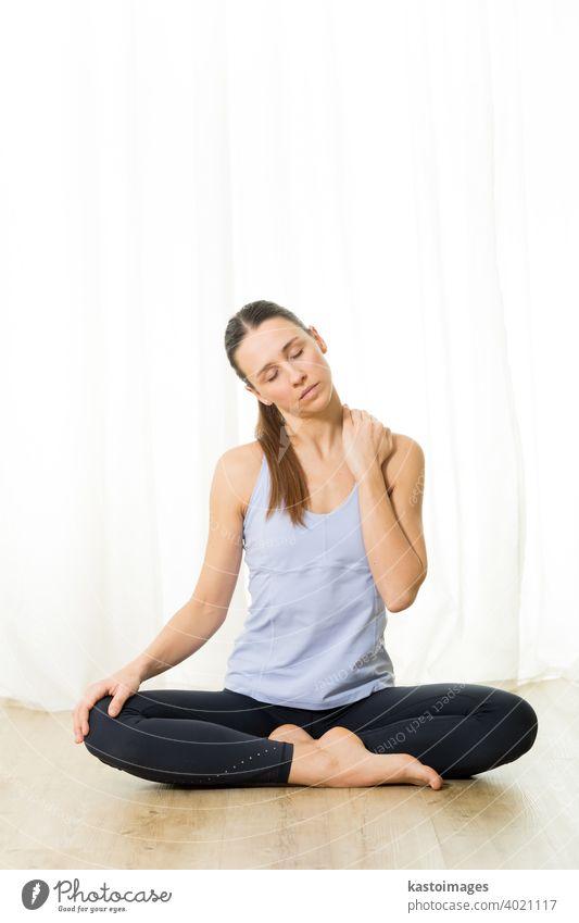 Porträt der wunderschönen aktiven sportlichen jungen Frau, die Atemübungen im Yoga-Studio praktiziert. Gesunder aktiver Lebensstil, arbeiten drinnen in der Turnhalle