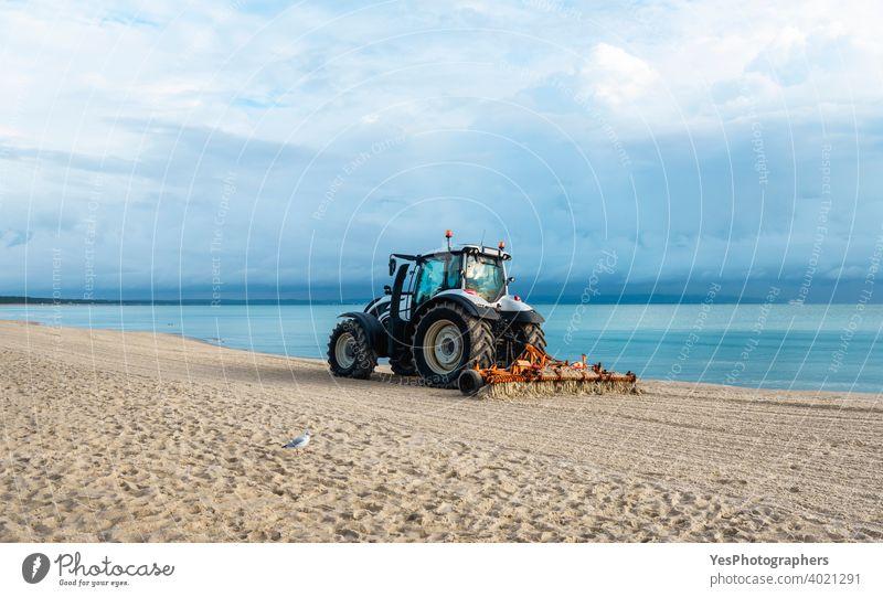 Strand auf der Insel Rügen, Deutschland. Traktor Pflege Sand am Strand an der Ostsee Pommersche Küste Sassnitz Strandlandschaft Sauberkeit Reinigen Küstenlinie