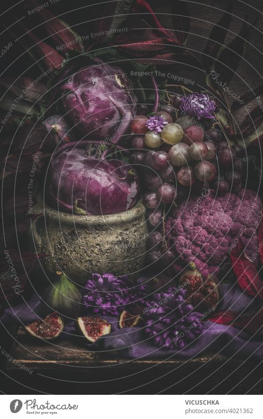 Stilleben mit lila Früchten und Gemüse. Dunkel Stillleben purpur dunkel rustikal Bestandteil Frucht Ernährung Vegetarier natürlich Diät roh organisch