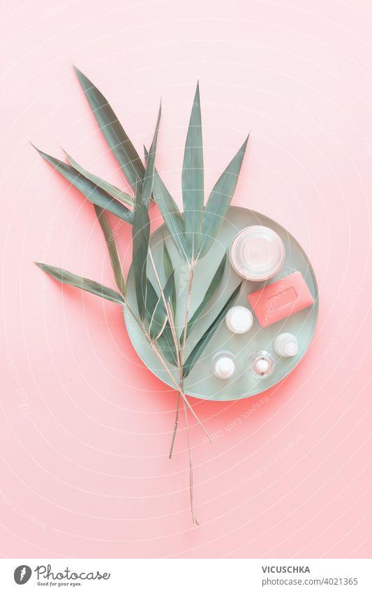 Natürliche Kosmetikprodukte mit Bambusblättern auf pastellrosa Hintergrund. Schönheit und Hautpflege schön Farbe Design grün Blatt Blätter Lifestyle Licht