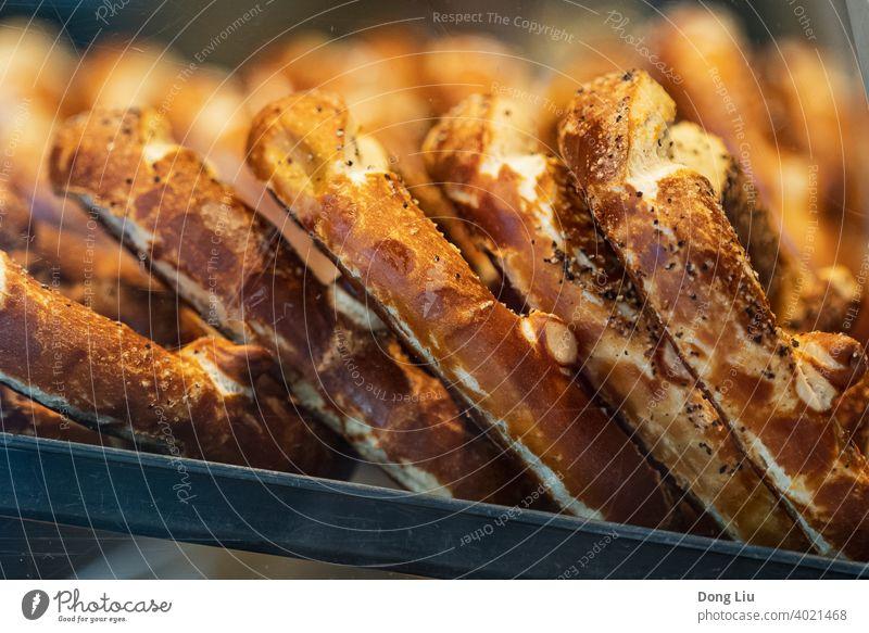 goldenes Brot in der Bäckerei, Frankfurt am Main Laden Lebensmittel Deutschland Licht lecker