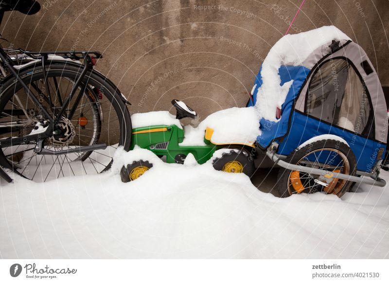 Eingeschneiter Fahrzeugpark berlin eis februar ferien frost kalt kälte neuschnee stadt urban winter winterferien verkehr fahrzeug fahrzeugpark