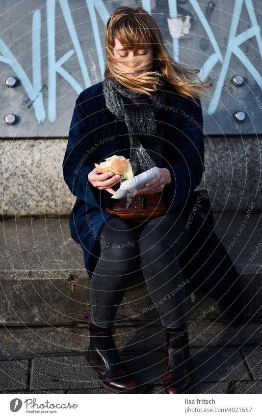 ..erstmal'n Fischbrötchen, wenns der Wind zulässt! Frau Junge Frau 25-29 Jahre blond langes Haar Winter Schal windig verweht Erwachsene natürlich schön