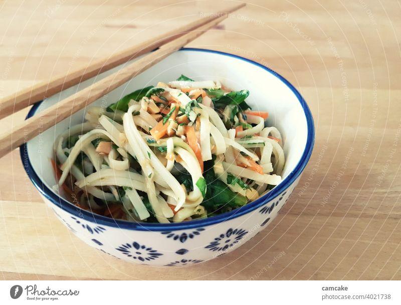 Nudeln mit Gemüse und Stäbchen in Schale Salat Asiatische Küche asiatisch Gesunde Ernährung bunt Schalen & Schüsseln Nudelgerichte Bandnudeln gesund lecker