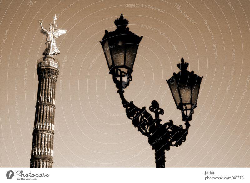 Siegessäule in Berlin Deutschland Europa Hauptstadt Stadtzentrum Menschenleer Turm Bauwerk Gebäude Architektur Sehenswürdigkeit Denkmal Gold Engel Zufriedenheit