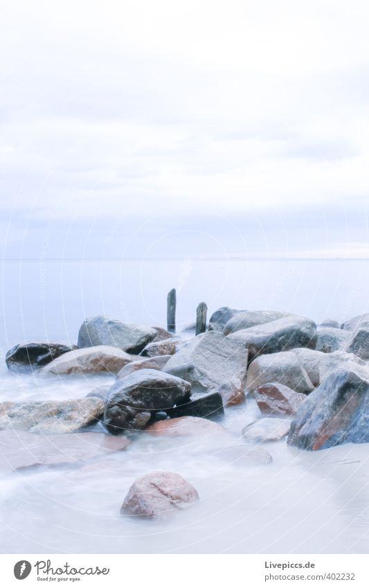 Ostseeküste Strand Meer Wellen Umwelt Natur Landschaft Sand Wasser Himmel Wolken Herbst Wind Küste Stein Holz frisch kalt blau grau Freiheit Farbfoto